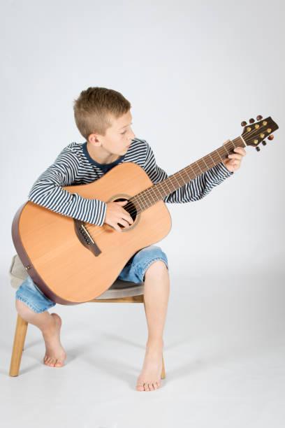 dítě s kytarou